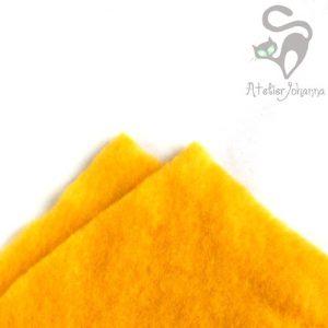 sytě žlutá